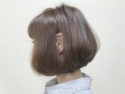 コロンと可愛いミニボブ。  やや前下がりのミニボブは、全体のバランスをよくみせてくれる。  カジュアルになり過ぎない女の子らしさのミニボブが、大人気!  仕上げは、オーガニックバームをランダムに揉み込んで、ラフにセットして。 hair make Tio所属・【stylist】elli(エリ)のスタイル