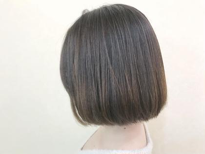 つるんとミニボブ。  癖毛とは思わせない程ナチュラルなストレートパーマ。 ピンピンになり過ぎないナチュラルなストレート感が大人気。  鎖骨、首元がキレイに見えるミニボブは、小顔効果や全体のスタイルバランスもよく見せてくれる。  仕上げは、髪に柔らかさを与えるバオバブオイル配合のヘアオイルでサラっとつけて、セット。 hair make Tio所属・【stylist】elli(エリ)のスタイル