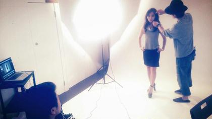 撮影中のヘアお直し KIREI PHOTO Salon所属・KIREIPHOTO東京のスタイル