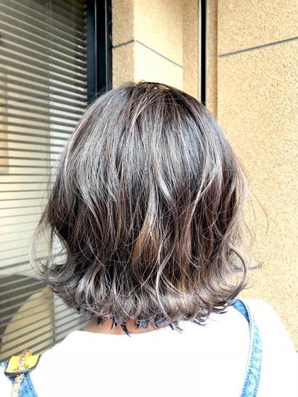 中間から毛先をバレイヤージュにて色を明るくしたあとに シルバー系の色で仕上げました。  hairsalonlien所属・山下晶子のスタイル