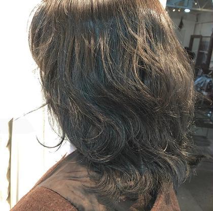5トーンのブルーアッシュ 🦋🦋  元々あったオレンジみを消し、レイヤーが 入った髪を活かしてパーマのように巻きました︎︎☺︎   少しラベンダーも入れたので透明感 たっぷりです ❤︎ LAINY所属・野瀬彩佳のスタイル