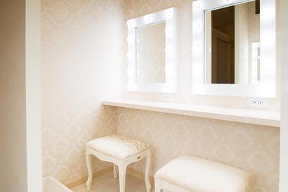 ✨パウダールーム✨ 白を基調としたエレガントなパウダールームです。『女優ミラー』でメイク直しもしやすく、ヘアサロンも併設しているのでパウダールームにはコテもご利用いただけます。  Salon de Leone所属・Salon deLeoneのフォト