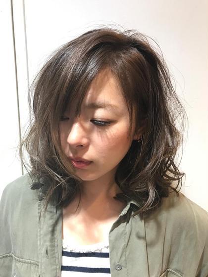ワンレングスベースで、まとまりやすさを重視  表面の髪をテクスチャーをいれ、コテで巻き、ほつれるような軽さをだしています。 Alushe  錦糸町店所属・河越守のスタイル