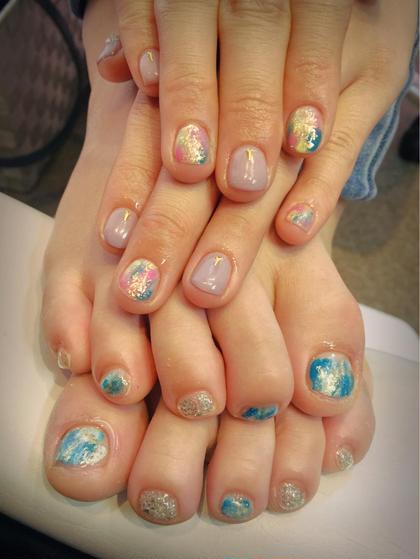 夏ネイル♡♡ ホイルがかかって キラキラに♡♡ 手元は少しシンプルに、足元は目立つお色味で( *ˊᵕˋ)ノ  Gloss所属・森晴美のフォト