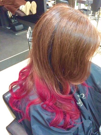 カラー セミロング ヘアアレンジ ロング 赤系グラデーションスタイル☆ 先に毛先のみブリーチを使いベースを作ったあとに原色のピンクを入れて、よりキュートに女の子らしい可愛さを引き立たせました♪♪  アッシュ系に飽きた方や赤系が好きな方には非常にオススメです!!
