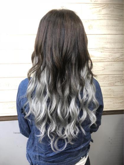地毛はダークブラウン エクステでシルバーアッシュのグラデーションに♡  ボリュームも出したかったので120g(60本前後) つけました! HairSalonANELA所属・Hair SalonANELA【新宿】のスタイル