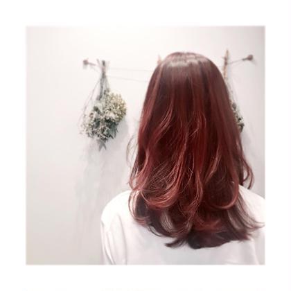 新色のBerry Pinkです。ツヤ感がすごくでて赤みもそこまで強すぎない柔らかいカラーのお色です。 Neolive CiroL.所属・池田真由美のスタイル