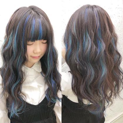 地毛の長さに合わせて原色のシールエクステでメッシュだけ付けました(^^)メッシュだけでも雰囲気変わりますよ♪  アプリ登録のお客様は仕上げの巻き髪無料サービス♪