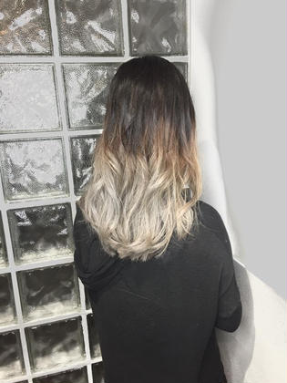 Wカラーにてグラデーションカラーを作りました! 髪質やカラーの状態に応じて、お薬を変えてご希望のお色味を作らせていただきます。  ブリーチありのダブルカラーでスタイルチェンジをされたい方にオススメしています! ALBA  HAIR RESORT所属・山口哲平のスタイル