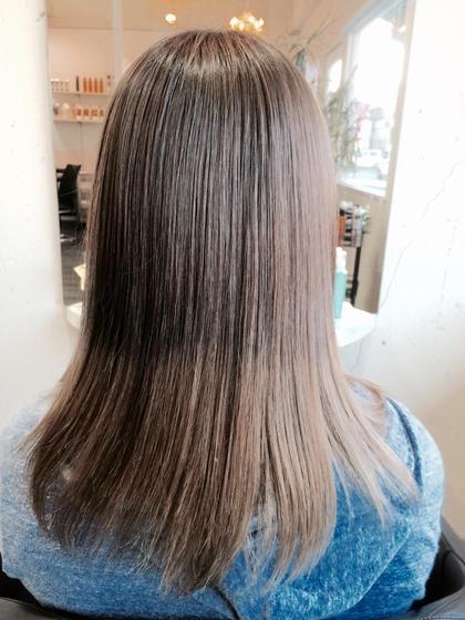 スモーキーアッシュのグラデーション UP-PU  ART   HAIR所属・前田菜津美のスタイル
