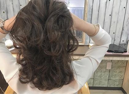 カラー セミロング ☑️イルミナカラー オーシャン  ✅イルミナカラー   イルミナカラーとは、「WELLA」が開発した革命的なヘアカラーです。今、話題沸騰中のこのカラーは、日本人特有の硬い髪もやわらかな印象に。キューティクルのダメージを最小限におさえ、光が反射するツヤのある美しいヘアカラーが実現できます。今まで、透明感を出すにはブリーチをするしかなかったのですが、イルミナカラーは日本人特有の赤みを飛ばして外人のような透け感を出してくれる画期的なカラー!このカラーだけで外国人風の透明感を出すことに成功しました。つまり、【透明感】【ツヤ】【柔らかさ】が同時に手に入るヘアカラーなのです。