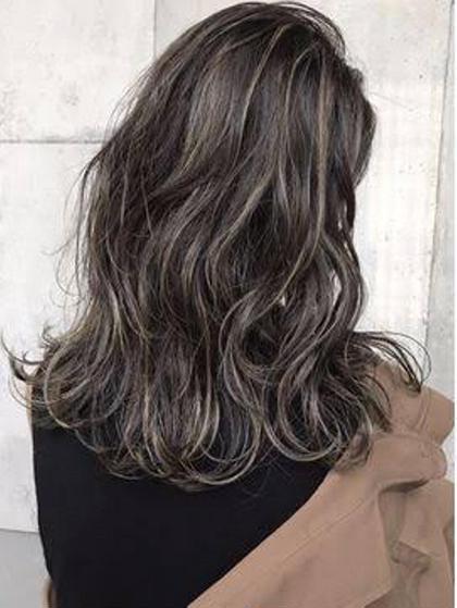 暗髪をベースにしたハイライトカラー⭐︎ HAIR&MAKE EARTH 南福島店所属・下條真のスタイル