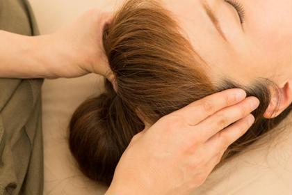 ヘッドマッサージ、デコルテのマッサージで小顔効果や肌のトーンアップやシミしわ防止に繋がります、眼精疲労にも効果的です。