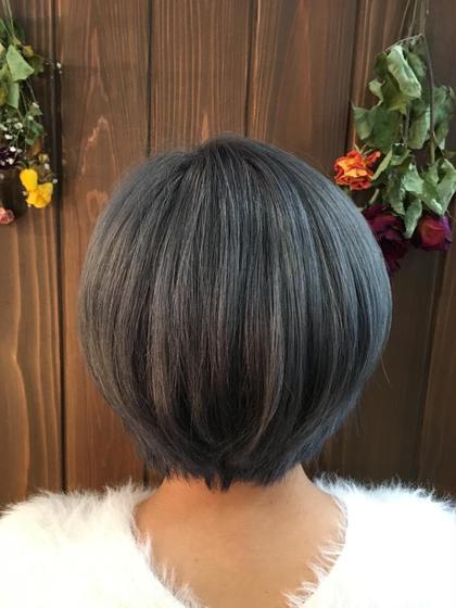 ブリーチ毛のモデル様にブルーアッシュカラー❤︎ シルバーのようなムラのない綺麗なカラーに染まりました! efface所属・中山莉沙のスタイル