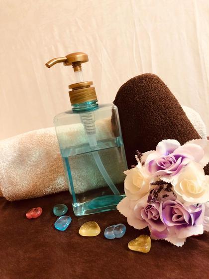 当店のオイルはお顔にも使える肌に優しいオイルを使っています✨ ベタつかず保湿効果があるので、拭き取りがいらないくらいのオイルです😁  配合成分🌈 【ミネラルオイル】 皮膚のバリア機能を高めてくれます。 またアレルギーやアトピーの方でも安心して使用できます 【ホホバ種子油】 サラッとしていて皮膚への浸透性が高いです。 乾燥予防など保湿効果が高いです✨ 【スクワラン】 こちらもサラッとしていて保湿効果が高い成分です。 それだけでなくエイジングケアに優れています✨ Private Salon CadeaU(キャドゥー)所属・前田仁美のフォト