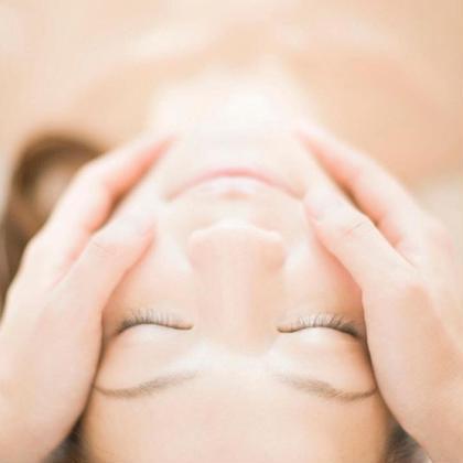 タンパク質成分で出来た、塗るタイプのパック  数分後に、信じ難い位に 皮膚が顔の中心に引き上がらされるのが体感できる❗️  まさに🌈超小顔パック🌈  その洗顔後のお肌は保湿もされているため  お肌とぅるんとぅるん🎵