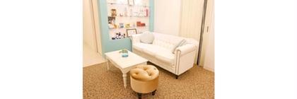 ✨待合室✨ ゆったりソファーに、マカロンクッションが可愛い つい長居したくなるような空間✨ コスメやサプリなど、おすすめ商品も多数取り揃えております✨お気軽にご相談下さい Dione 京都河原町店所属・青木久美のフォト