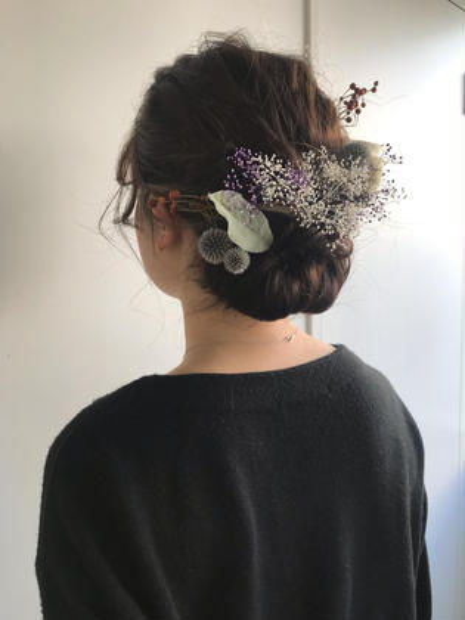 ヘアアレンジ 卒業式ヘアセット!!袴に合わせたシンプルなまとめ髪にバランスを見ながらお花を飾り付け(ご自身でご用意いただきます。)どんなシーンでも対応いたします! ご相談下さい!!