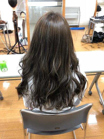 最近流行りのハイライトカラーです^_^ こちらのお客様は少しハイライトがはっきりする方がいいとのことでしたので、ハイライトがベースに馴染みすぎないようにさせていただきました! 立体感が出てとても綺麗です♪ La fith hair bambi所属・吉田剛のスタイル