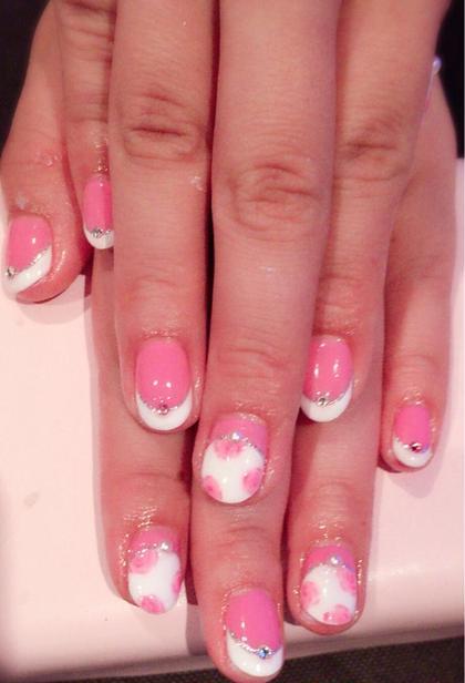 定番フレンチをピンクと手描きのローズを加えてキュートにしてみました ネイルサロンソマリ所属・勝又朝美のフォト