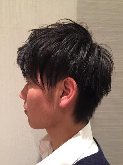サイドにはブロックを入れ、サイドからバックにかけてグラデーションになるように繋げました。 アシンメトリーのスタイルで前髪は上げたり流したりしやすいように。 直毛なので、動きが出やすいように量感を調節しました。 MESSA Raffinato所属・大久保綾乃のスタイル
