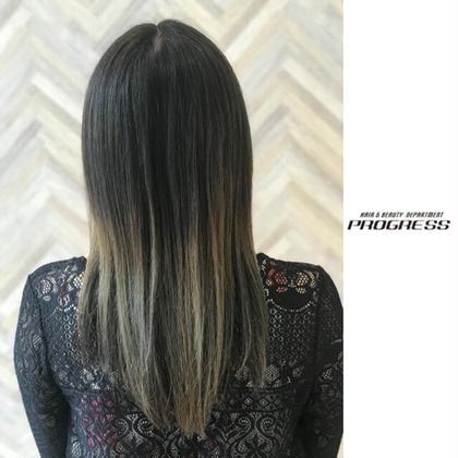 グラデーション/プラチナアッシュ。 ストレートで下ろしても、つながりのいいグラデーション。 毛先のブリーチする量も、毛先ぜんぶはやらず、半分はブリーチしないのでダメージも半分で済む。