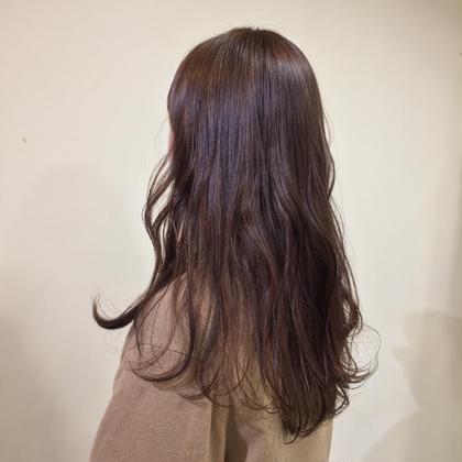 1年前くらいに黒染めしてたけど、もう抜けましたよね? は実は全く抜けてないこと知ってましたか?? 髪を切らない限り黒染めはずっと残るんです。 そのまま染めると実は大変なことに、、  そんなことを防ぐ為に、 しっかり美容室でcoloringしましょう! 今回は一度全体をブリーチして黒染め部分を剥がしてからオンカラー。 ナチュラルなブラウンに。