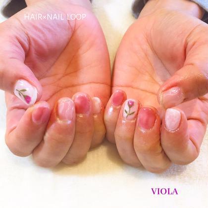ピンクとホワイトのニュアンスネイル💅🏻 フラワー可愛らしいです✨ 林紫乃舞の