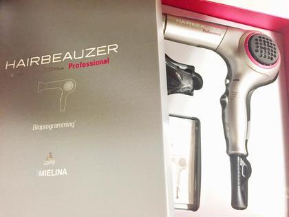 HAIR BEAUZER 2DPlus モデルさんにはこちらの『絶対に髪の毛を傷ませないドライヤー』でお仕上げさせていただきます⭐️  細胞を研究する医療機関が開発した水分を整列させる風が出ているので、当てるだけでトリートメント効果‼️さらに冷風にはお顔のリフトアップ効果もある美容機器です‼️ CUOLA by KENJE所属・山﨑ユウタのスタイル