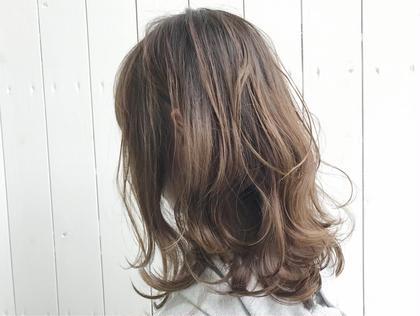 大人気の透明感カラーアディクシーカラー。  根元から毛先をグラデーションにする事で色味の印影と、次回のカラーまでの根元を目立ちにくくしてくれる。  アディクシーカラーでツヤ感、透明感UP間違いなし!  仕上げは、緩く巻いた髪の毛にオーガニックミルクを揉み込んで束感だして、ラフにセット。 hair make Tio所属・【stylist】elli(エリ)のスタイル