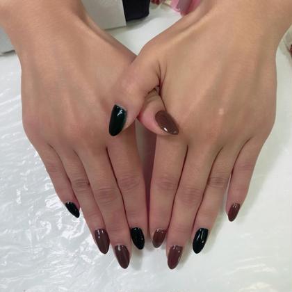 くすみ系のグリーンと茶色の2色塗り。 ワンカラーのメニューでは指ごとにお色味を変えることも可能です^^♪ 秋らしく大人っぽいネイルになりましたね♡ FREEVEきみかの