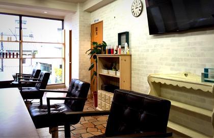 窓が大きく、開放的な店内。 美容室Lei Aloha《レイアロハ》八王子所属・土谷遊のスタイル