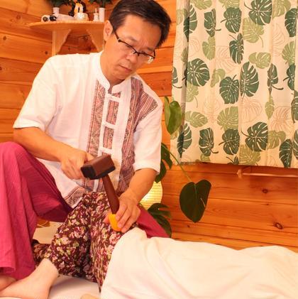 北タイに伝わる伝統療法 トークセン。 トントンと叩くことで、筋肉がゆるゆる緩んでいきます。痛くはありませんよ! タイ古式リラクゼーションりらっくすらいふ所属・水野真司のフォト