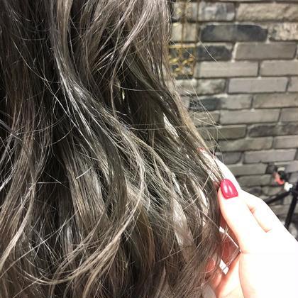 ブリーチ3回以上のベースにオンカラー  若林彩のロングのヘアスタイル