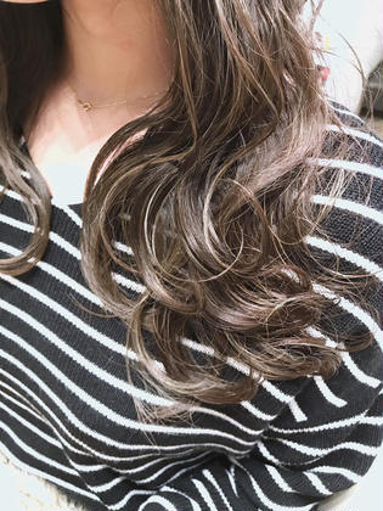 salon  work photo  ハイライトonカラー  家に帰ってからも再現しやすいヘアスタイルをもっとも重視しています。ちょっとしたクセや髪質のお悩みなど、気軽にご相談ください。カラーリスト経験者ですのでカラーも得意としております。是非一度、ご来店ください!お待ちしております!!  https://beauty.hotpepper.jp/smartphone/slnH000416835/stylist/T000490542/#stylistHeadline  ☆得意なイメージ☆ ナチュラル・モテ・愛されヘア  ☆得意な技術☆ お客様のライフスタイルに合わせた豊富な知識と技術で再現性の高いカットとカラーが得意です(以前カラーリストをしていました/カットコンテスト入賞経験も多数あります) LOOPWEST所属・☆店長☆原山直人のスタイル