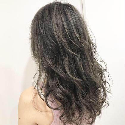 ハイライトと併合になってるのですが、ハイライトをそこまでださず、馴染ませちょっとした動きをつけるために入れたハイライトが外国人風カラーの西海岸系の女性をイメージしたスタイルにさせていただきました✨ Agu hair three所属・トップスタイリスト★英山大樹のスタイル