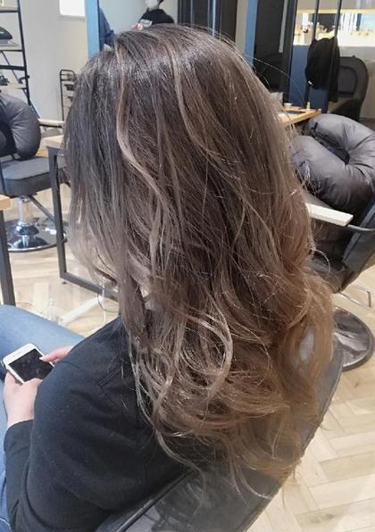ハイライトカラーでご予約頂きましたが 髪の状態などを考慮して ハイライトグラデーションを おすすめさせていただきました。   毛先全体に明るさが残るデザインですが とてもおしゃれでした♪  コントラストをつけるために 根本は暗めに設定しています!