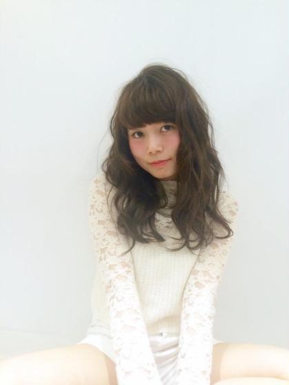 外国人風フェミニンスタイル☆ 骨格に合わせて、顔周りは内巻き、その他は外巻きにすることで小顔効果に! ROOM hair所属・團春華のスタイル