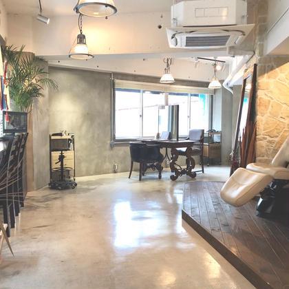 その他 2階にあるプライベートな空間なのに、昼間には明るい陽射しを感じる事もできる店内