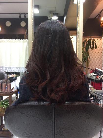 赤々しい赤! 写真だとわかりにくいかもしれませんが光にあたると綺麗な赤色です! 毛先が色が抜けていたのでそれをそのまま生かしてグラデーションにしました*\(^o^)/* 平田祥己のスタイル