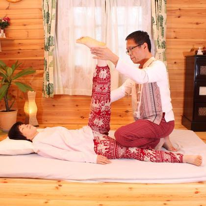 ハムストリングのストレッチです。腰痛の予防に最適です。またふくらはぎにもしっかりストレッチが入る様に調整しますので、歩きすぎのムクミにも最適です。 タイ古式リラクゼーションりらっくすらいふ所属・水野真司のフォト