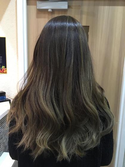 グラデーションベースに細かいハイライトを入れてアッシュグレージュで仕上げました♡  巻き髪にするとハイライトが際立ってキレイですょ(*˘︶˘*).。.:*♡ Hair Salon Be-one所属・忍田理沙のスタイル