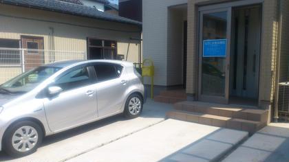 店の前が駐車場です。広いほう(黄色いポスト側)をご利用ください。 水色のカローラと白の86は当院所有の車です。 なかじま整体療院癒楽爽快館所属・中島優のフォト