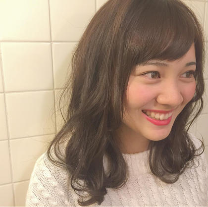 ショコラアッシュベージュ✖️やわらかミディ☺︎  落ち着いたトーンのカラーですが、透明感のあるくすみカラーなので重たすぎず可愛いらしく    HARUKAのミディアムのヘアスタイル