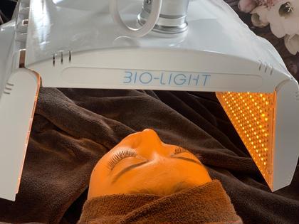洗顔器で毛穴を綺麗にしたあと、皮膚の深部まで光の粒子が行き渡り細胞を活性化✨ ❤️赤色LEDはコラーゲン、エラスチンをつくる繊維芽細胞を活性化。肌に弾力を生み出し、シミ、タルミクマやくすみにアプローチ! 💛黄色LEDはリンパの流れを良くし、肌質を正常に整える効果が! 💙青色LEDは余分な皮脂の分泌や、ニキビの原因となるアクネ菌の殺菌をしてくれます! ビューティーホリック所属・BEAUTYHOLIC本店のフォト
