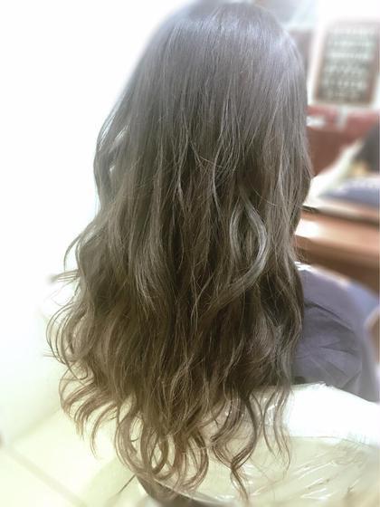 ハイライトを入れてダブルカラーでナチュラルなグラデーションにしました✨ 最後にコテ仕上げでゆるふわに♡ 色と仕上げで多毛でしっかりした髪も柔らかく見えます♡