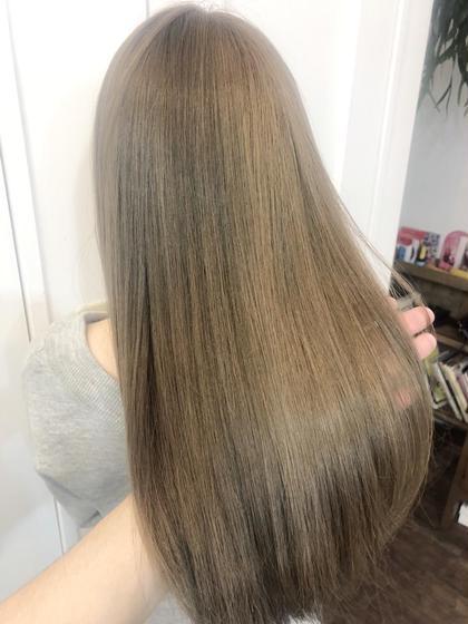 明るい髪色から赤味のないグレージュでカラーしました✨ オールシーズン人気なヘアカラーです🤲