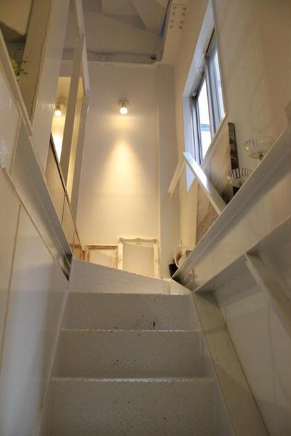 VeroNicaの店内のロフトルームに続く階段です♪  この先にトイレとロフトルームがあります(^^) かなり隠れ家的な感じです! VeroNica所属・飯田竜二のスタイル