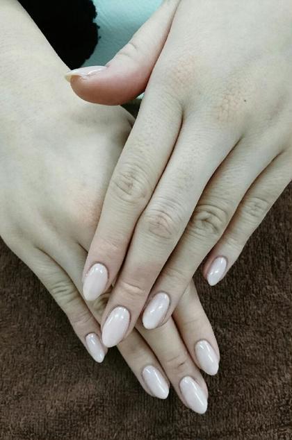 ピンクベージュに少しパ―ルが入ったお色になりますので、手がとても綺麗に見えるオススメカラ―です(^_^) こちらはハンドシンプルコ―スでさせて頂いております‼ ネイルサロンSOU京橋店所属・小林由佳のフォト