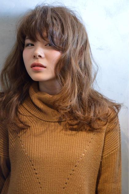 細かめカールとドライな質感の色っぽいミディアムヘアです。 少し甘めでも、甘くなりすぎないスパイシーなヘアスタイルです。 novem by cirrus所属・仁城了祐のスタイル